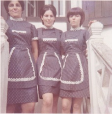 Elkanoko hiru neskato. Ezkerrean, Pakita Berasain, eskuinean, Carmen Abril, 1970ean.