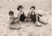 Erdian, Pakita Iratzoki, Juan Enrique eta Mari Tere lehengusuekin Donibaneko hondartzan, 1954ean.