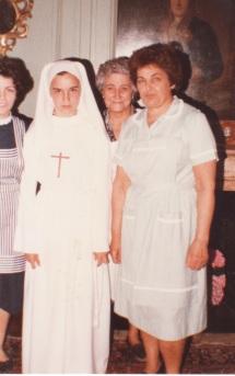 Carmen Abrill, Micaela Berasain eta Pakita Iratzoki, Alexandra Elkanoko alabaren sendotzan, Ziburun