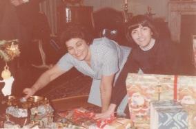 Pakita Iratzoki eta Carmen Abril eguberrietako opariak jasotzen, Ziburuko Elkanon, 1979an